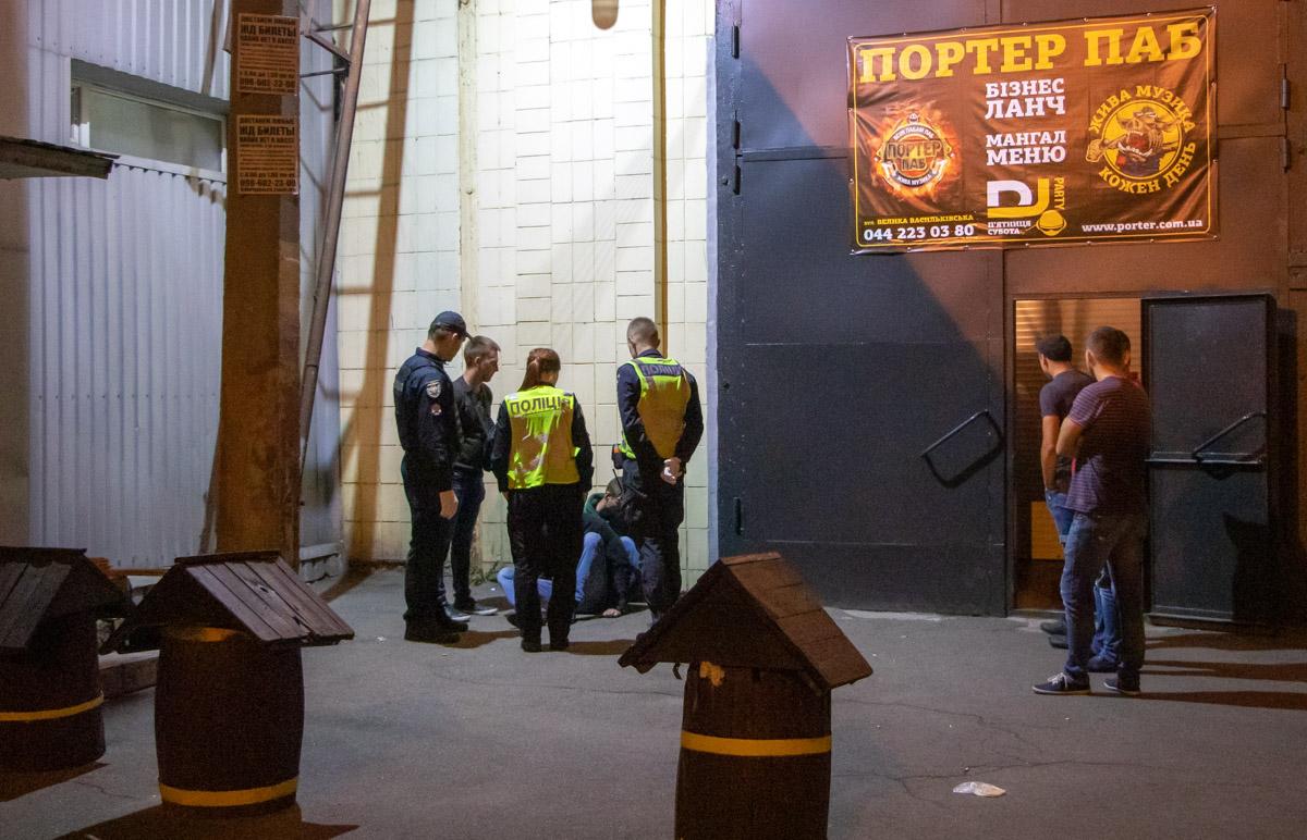 Внутри заведения один из мужчин совершил выстрел
