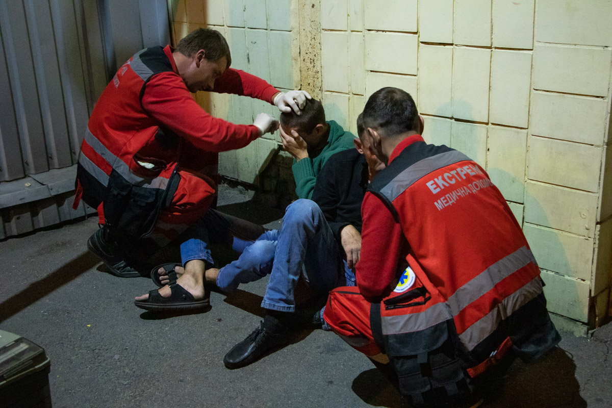 Один из буйной троицы упал с высоты собственного роста, а у второго от выпитого ртом шла пена