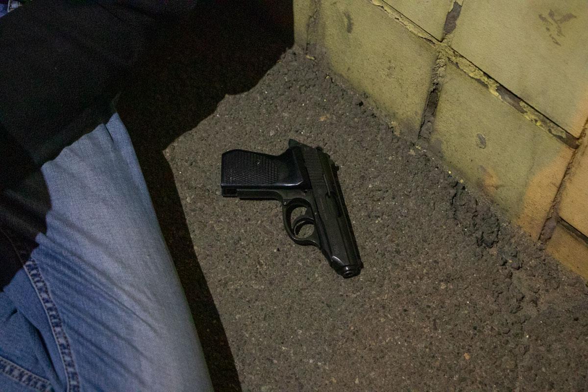 Полиция нашла у одного из них пистолет. Предварительно, оружие не боевое