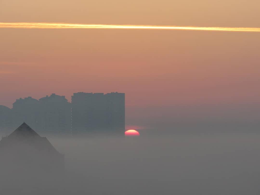 Киев прекрасен даже когда самого города почти и не видно. Туманную, призрачную красоту столицы показал @magic0530am
