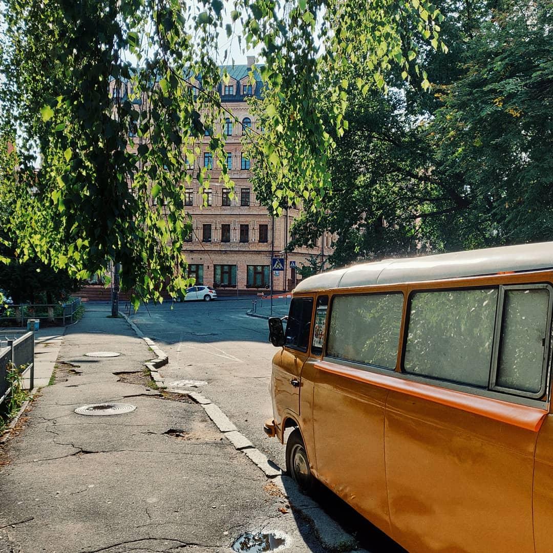 А еще Киев позволяет отправиться в путешествие по разным временам. В этом снимке от @catinthefog за прошлое отвечает винтажный автобус