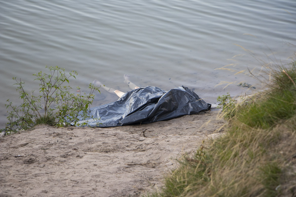 Погибшая отдыхала в компании своего мужчины и друзей на берегу озера. Ей было 35 лет