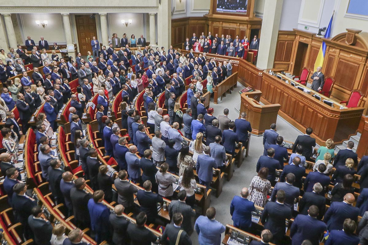 Звучит Гимн Украины, депутаты кладут руку на сердце, но не все