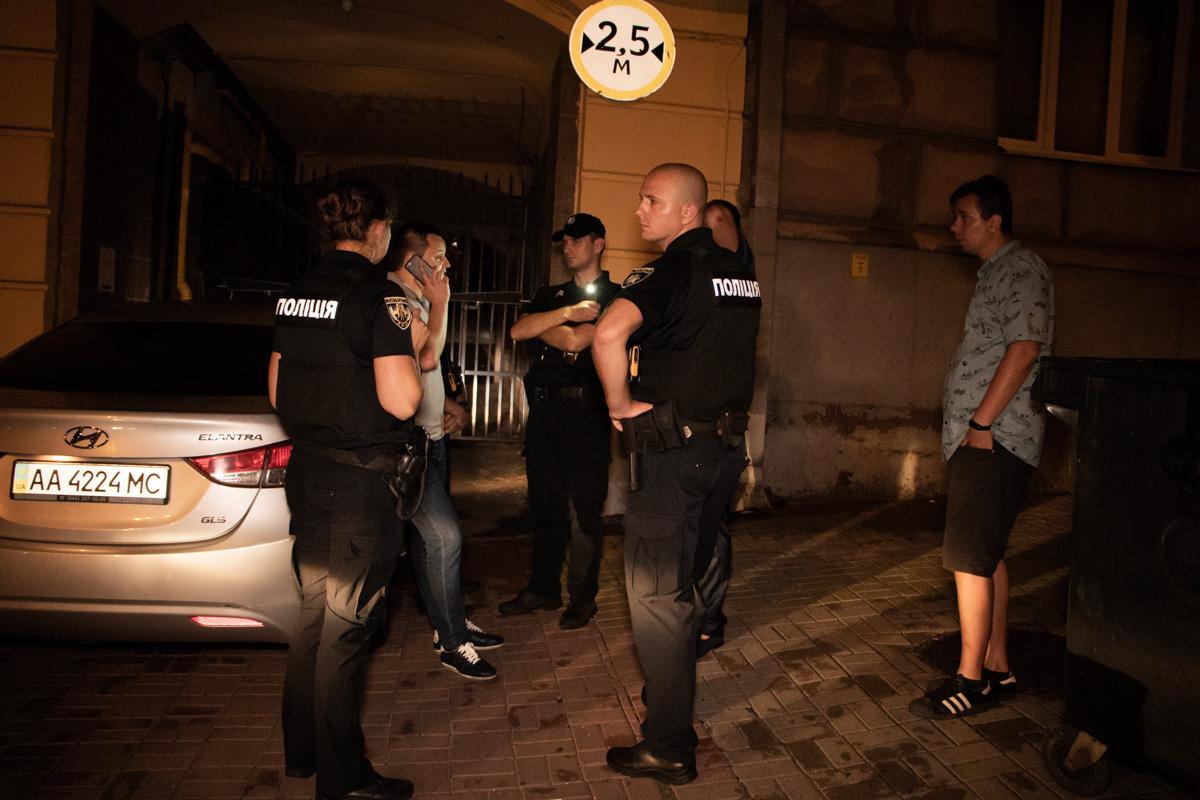 За время общения с прессой и полицией мужчины выдвинули сразу несколько версий произошедшего