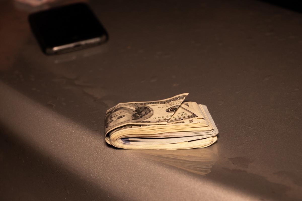 У мужчины при обыске обнаружили более трех тысяч долларов