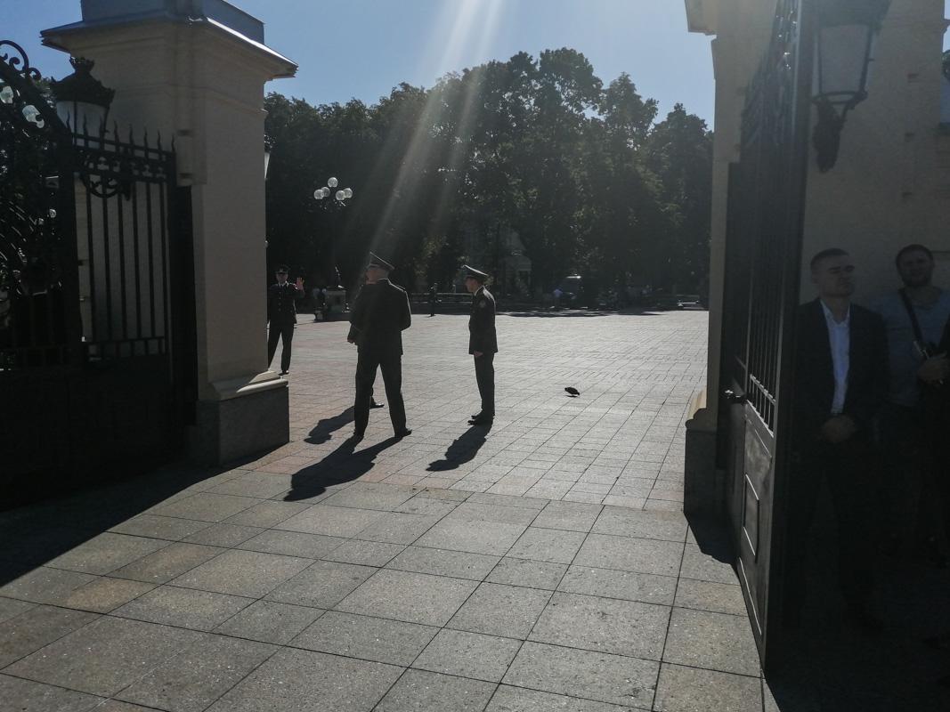 С самого утра территорию Мариинского дворца перекрыла полиция и Нацгвардия