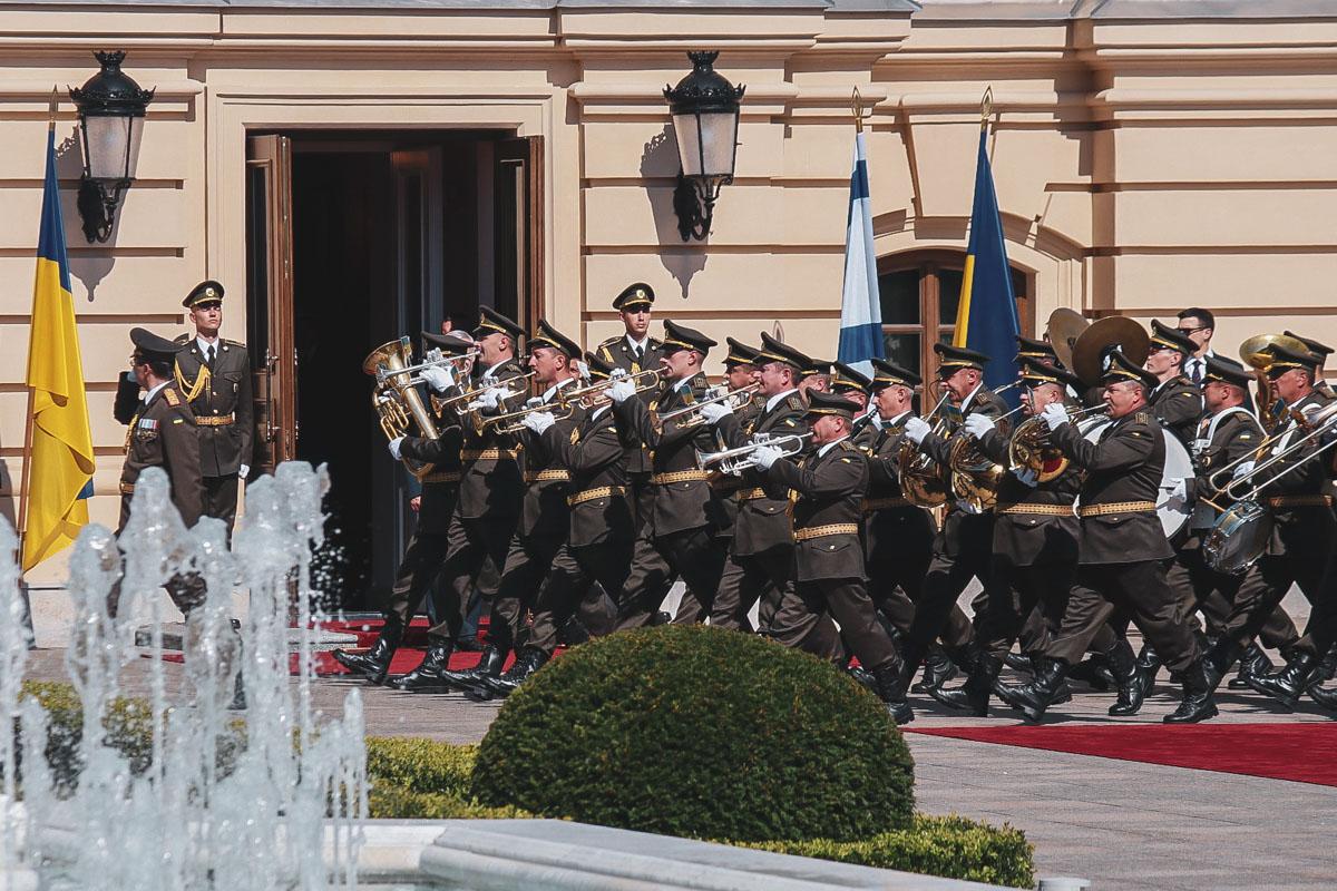 Здесь его встретил военный оркестр, который исполнил гимн Израиля и Украины