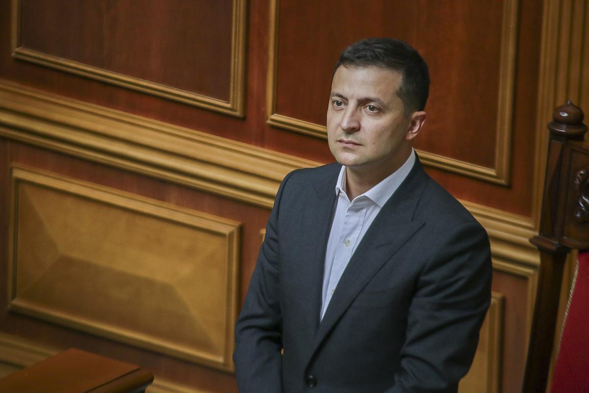 """Президент Украины смотрит на """"Слуг Народа"""""""
