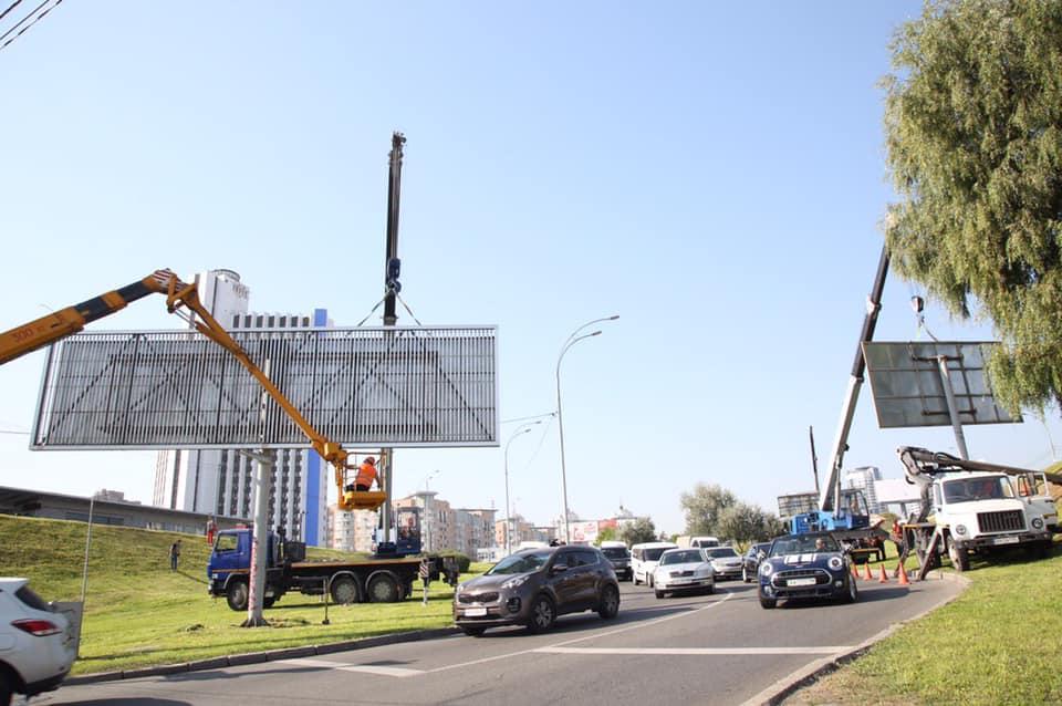 Сотрудники КП «Киевреклама» очистили от афиш, плакатов и билбордов Левобережную