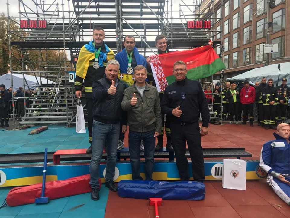 Во второй линии (позади) в центре стоит победитель и рекордсмен - Александр Баран