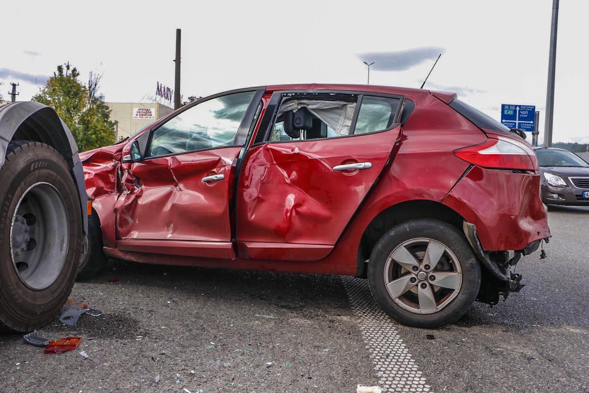 В момент столкновения возле тягача стоял водитель и что-то ремонтировал