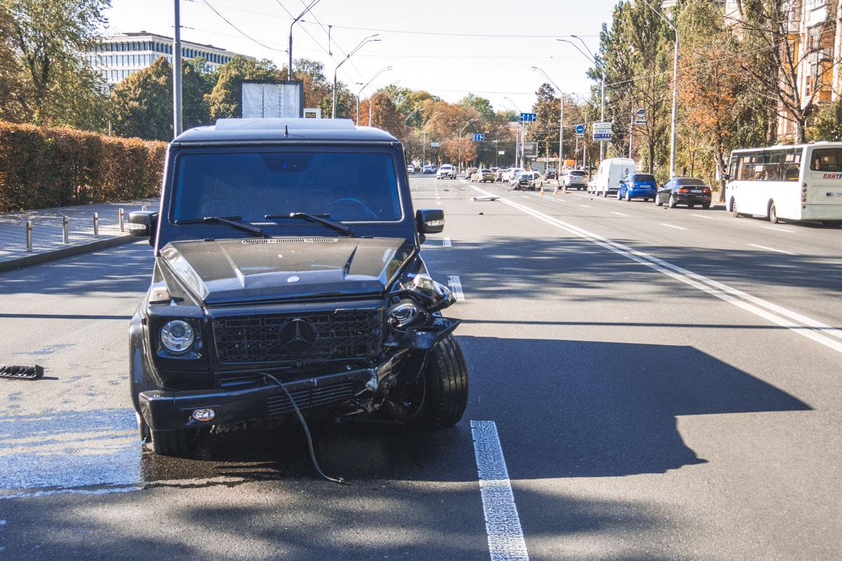 Gelandewagen протаранил автомобиль службы такси