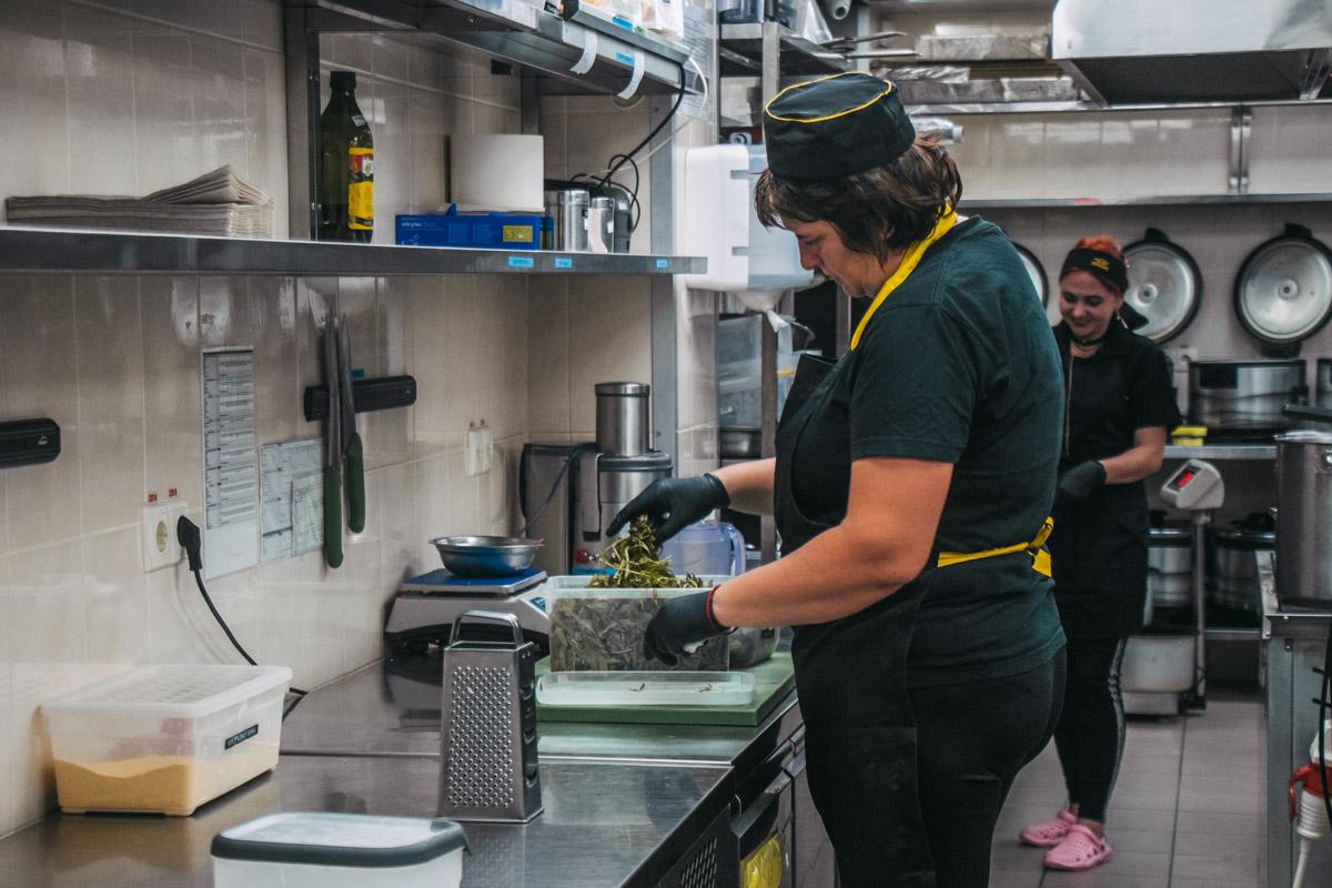 Сотрудники поддерживают чистоту и постоянно убирают рабочие поверхности