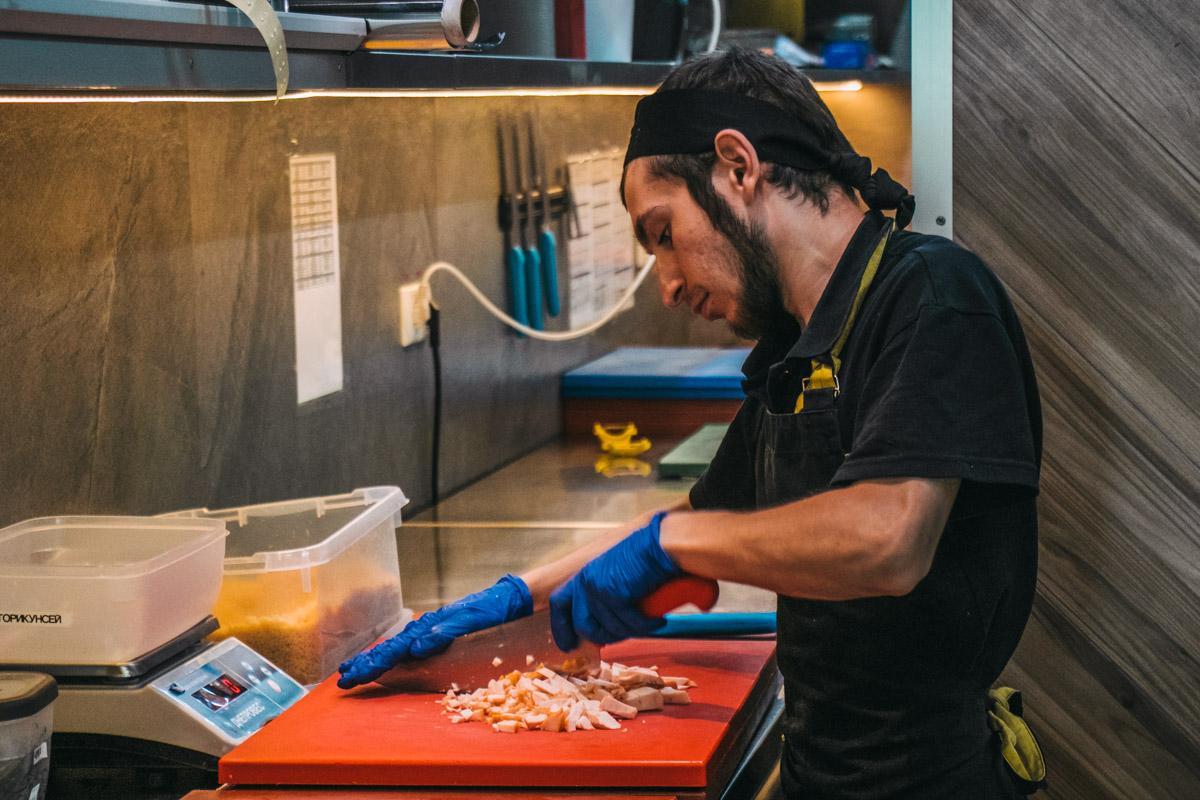 Изюминка заведения - открытый суши-бар