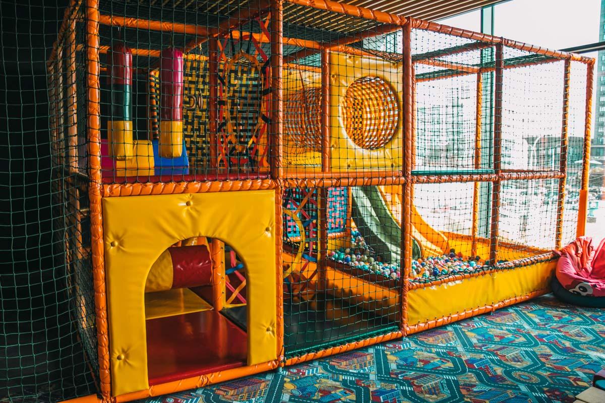Для малышей есть детская комната с лабиринтом и бассейном с шариками