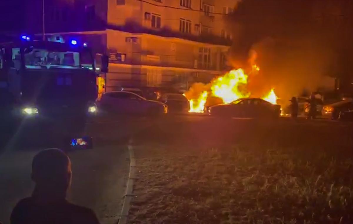 Во дворе жилого дома горели автомобили
