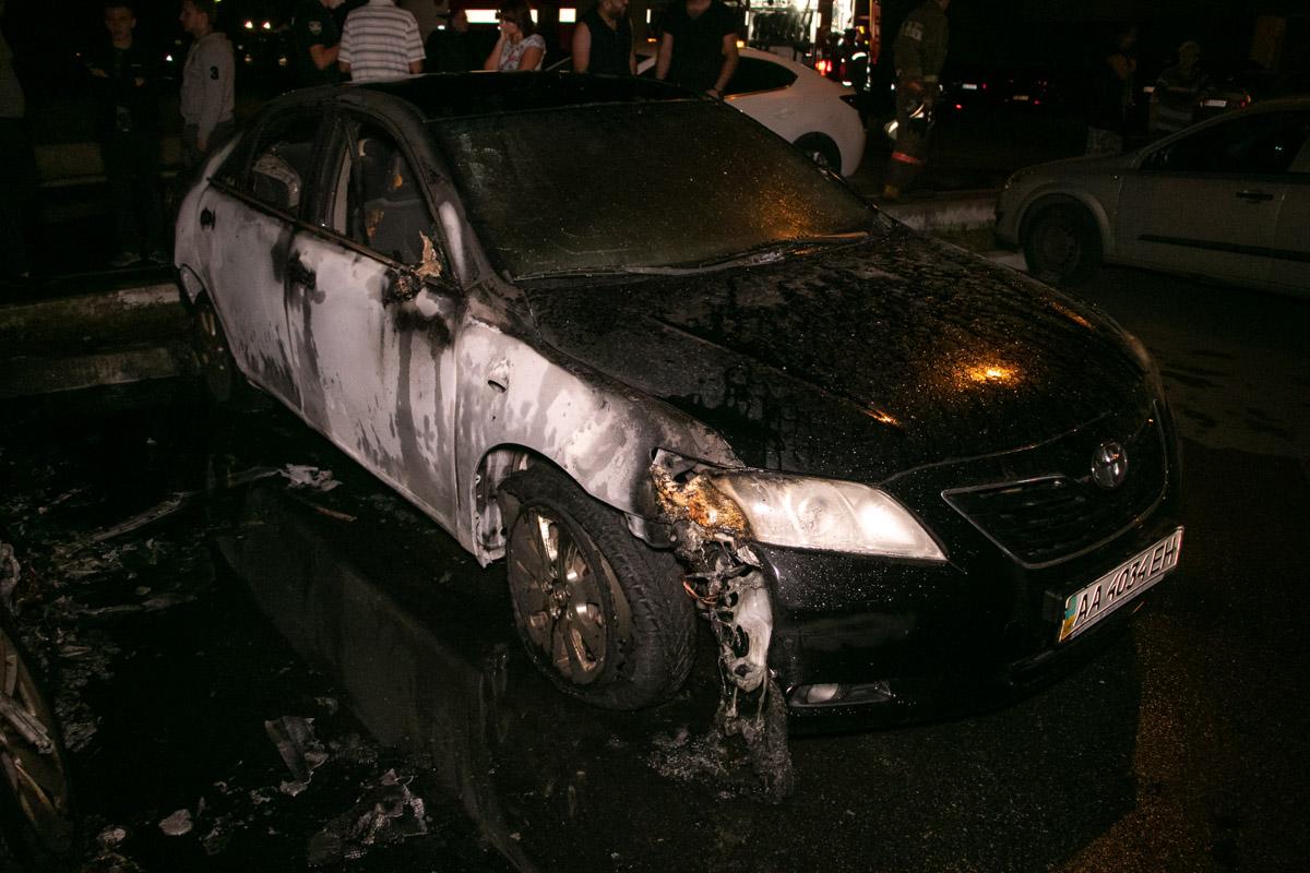 Повреждения получили и припаркованные рядом машины