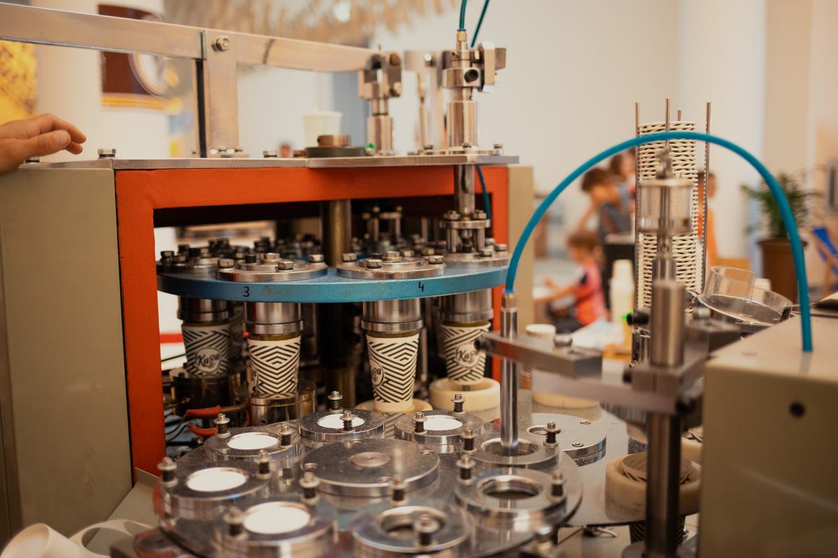 А это аппарат, который собирает бумажные стаканчики