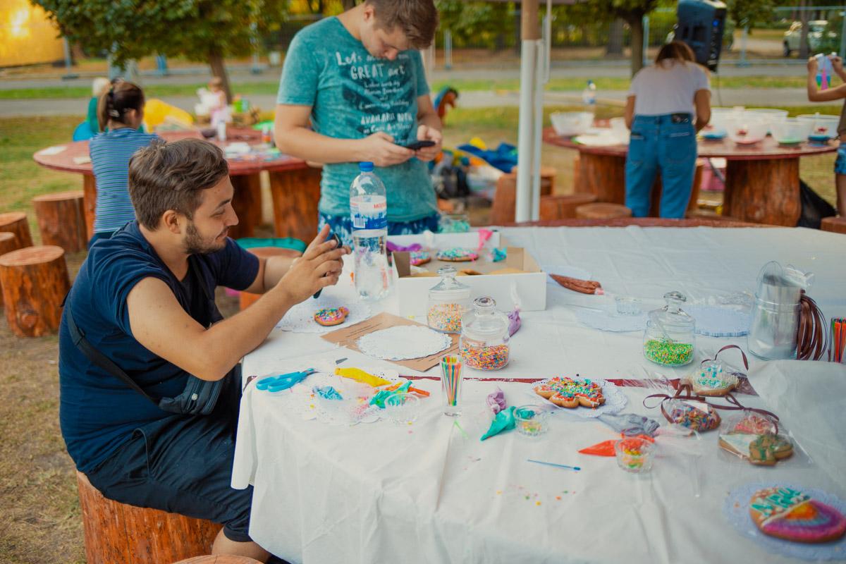 В детских зонах активностей учили украшать сладости