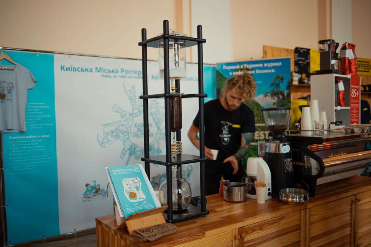 Каждая кофейня привлекала внимание гостей по-своему