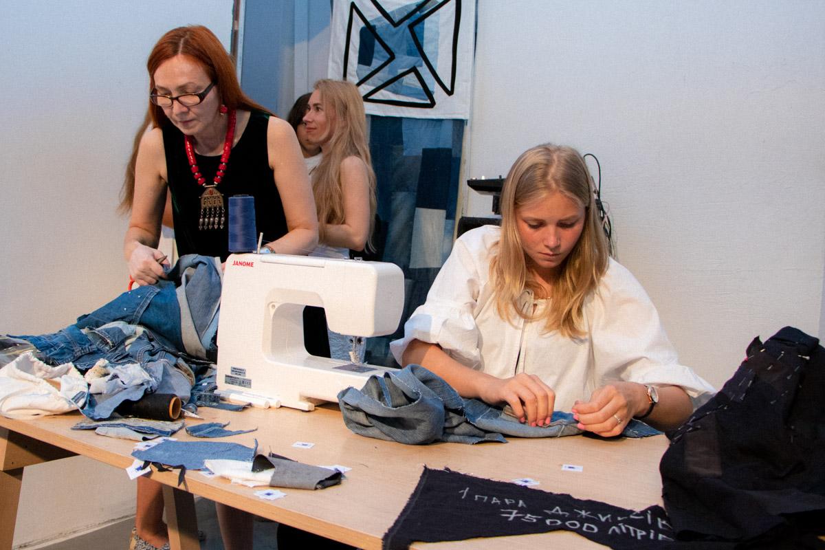 Девушки разбирают на лоскуты старую одежду