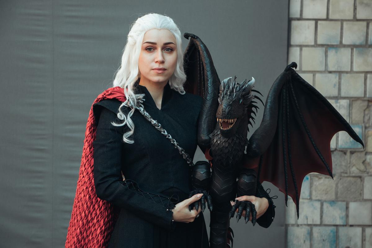 Дейнерис Таргариен, как главная мать драконов, пришла на фестиваль с сыном