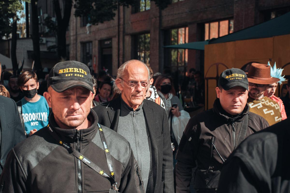 Кристофер Ллойд в окружении охранников. Впрочем, сфотографироваться с кумиром можно было на специальной встрече