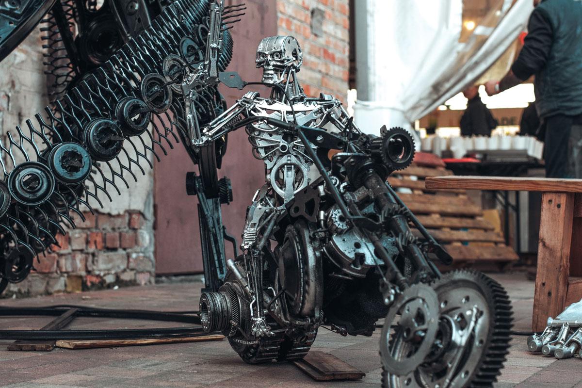 А это не совсем фотозона - Т-800 часть выставки таких металлических фигур