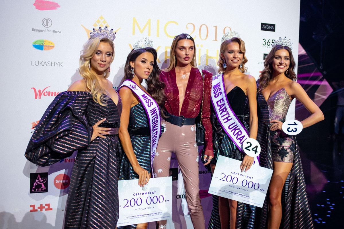 Прекрасные победительницы поспешили сделать фото на память сразу после окончания конкурса