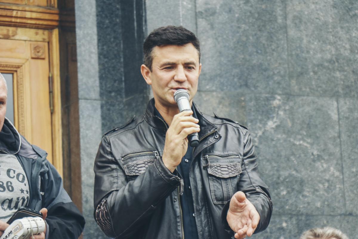 Их услышал Николай Тищенко и, как опытный бизнесмен, вышел к микрофону