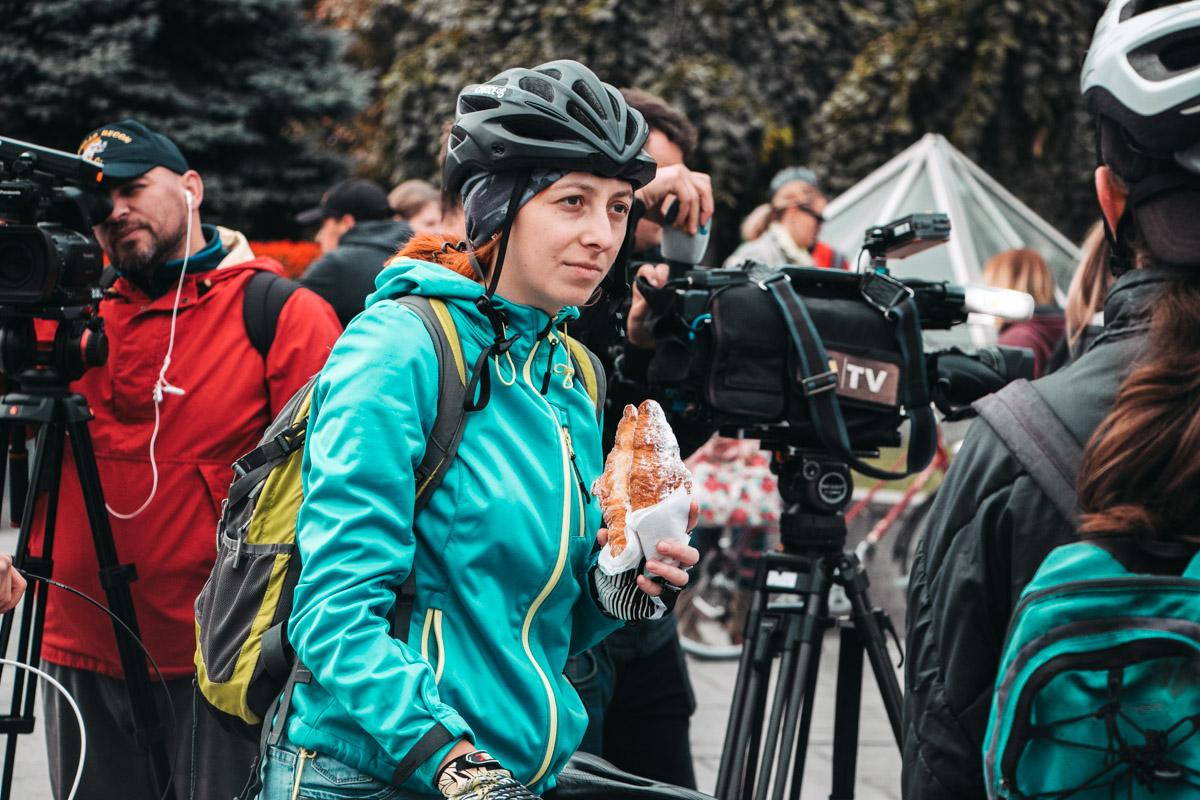 Несмотря на низкую температуру, на главной площади страны собралось немало велосипедистов