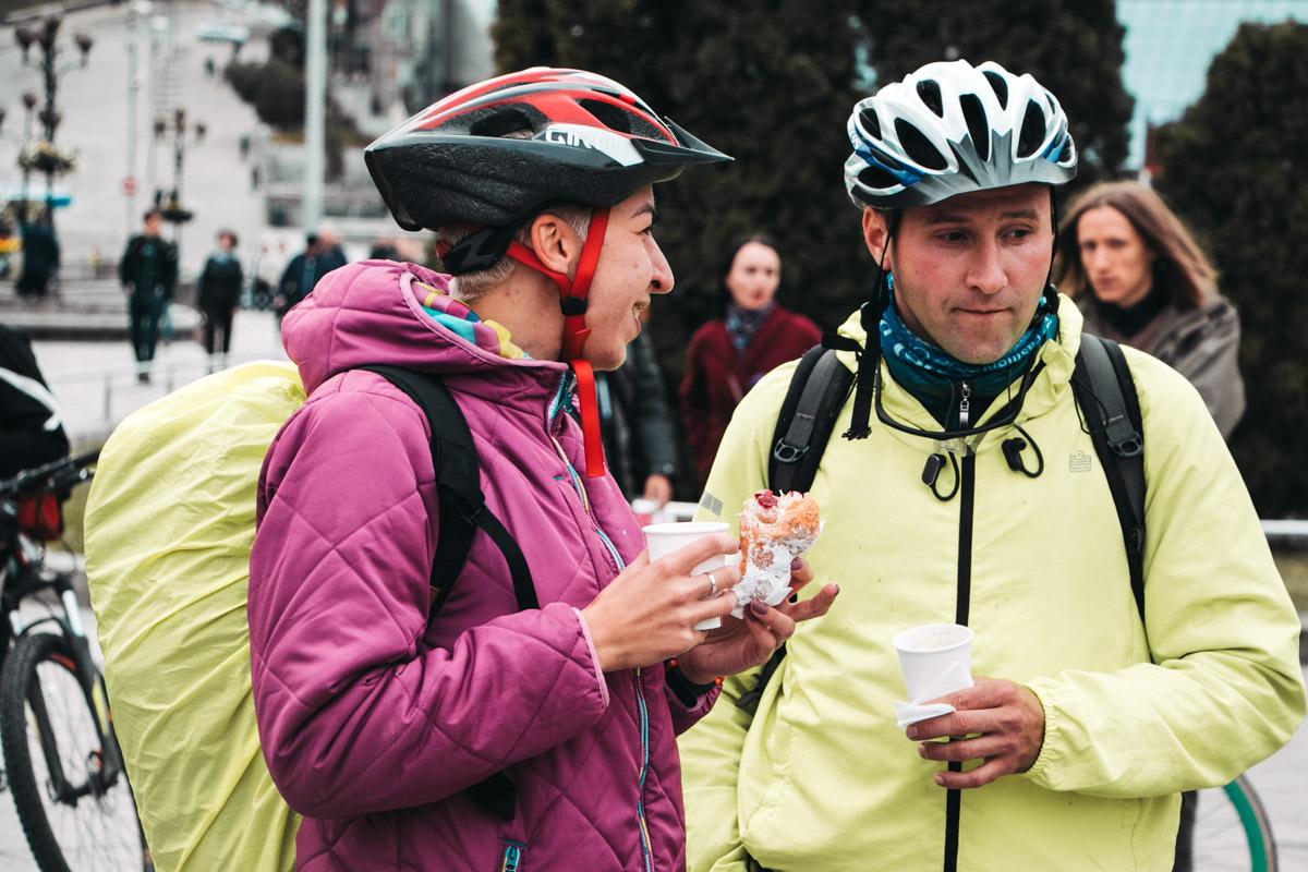 Причем помимо людей, которые приехали в велосипедной форме были и те, кто решил позаботиться о стиле