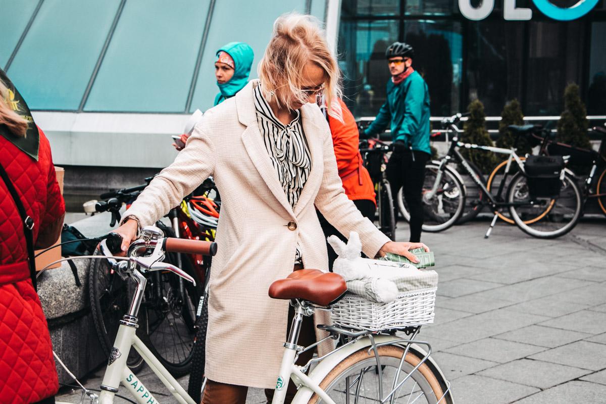 Зато такие винтажные велосипеды и элегантные осенние образы отлично друг друга дополняли