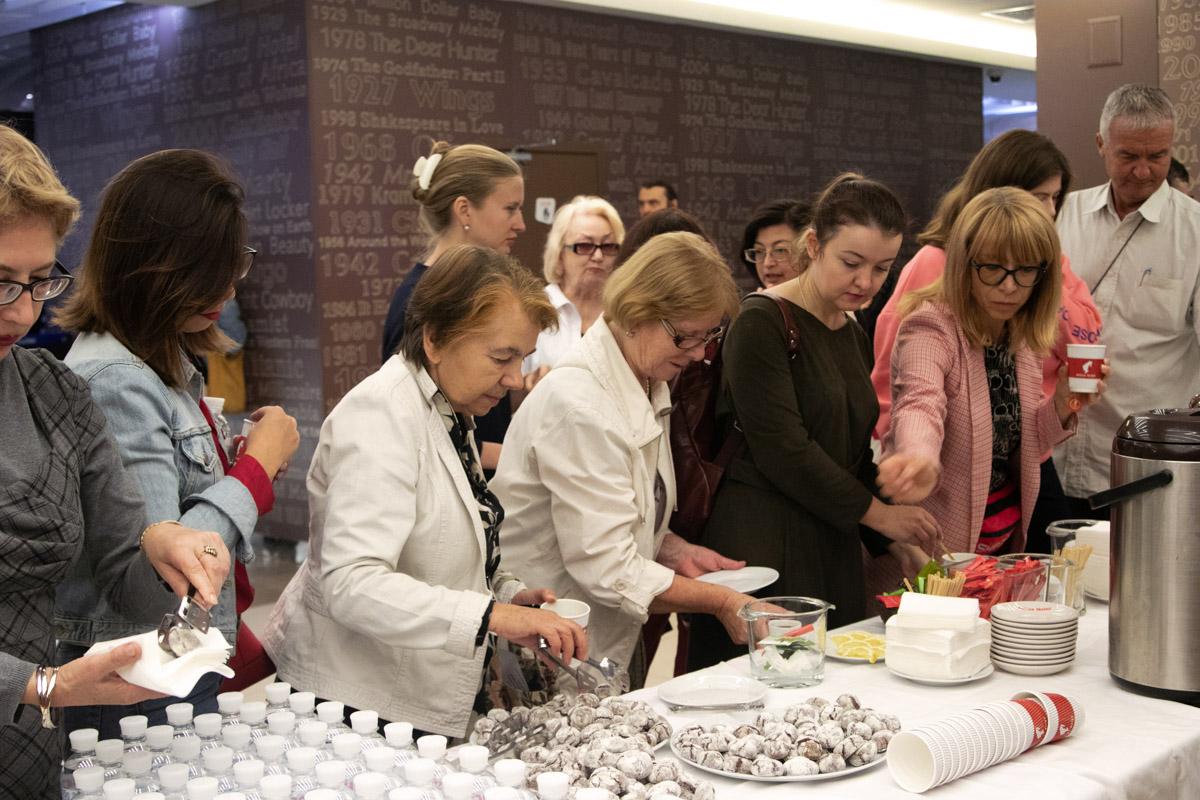 Перед началом показа гости могли пообщаться в непринужденной обстановке за кофе-брейком