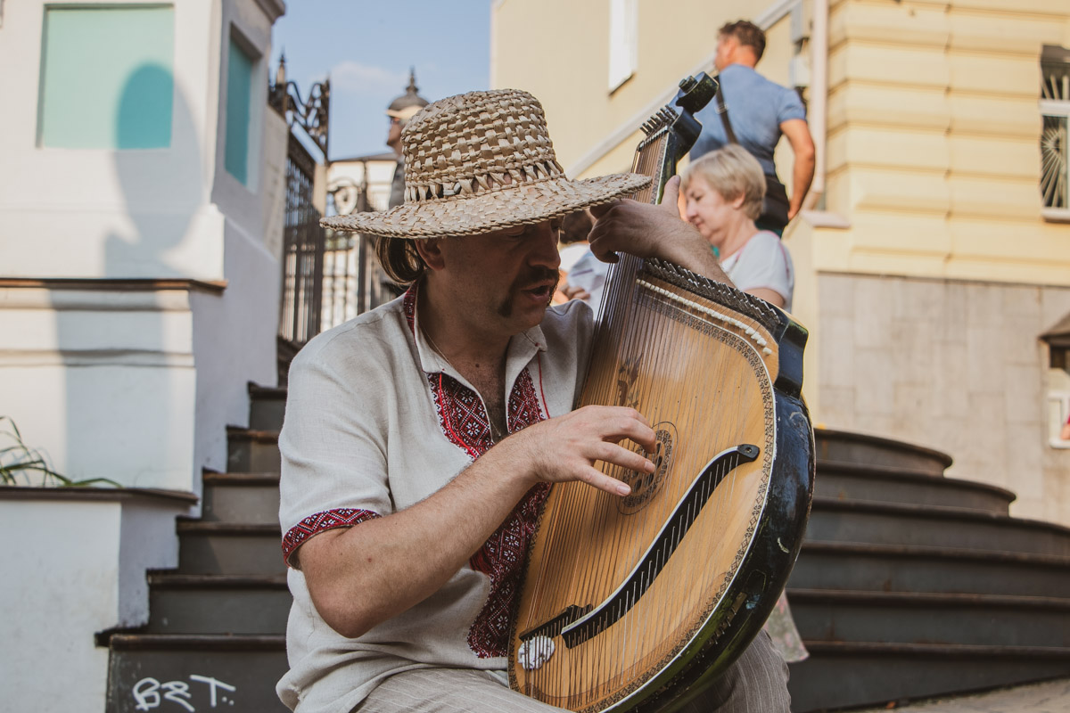 В самом начале улицы сидел кобзарь, который радовал всех гостей чарующей музыкой