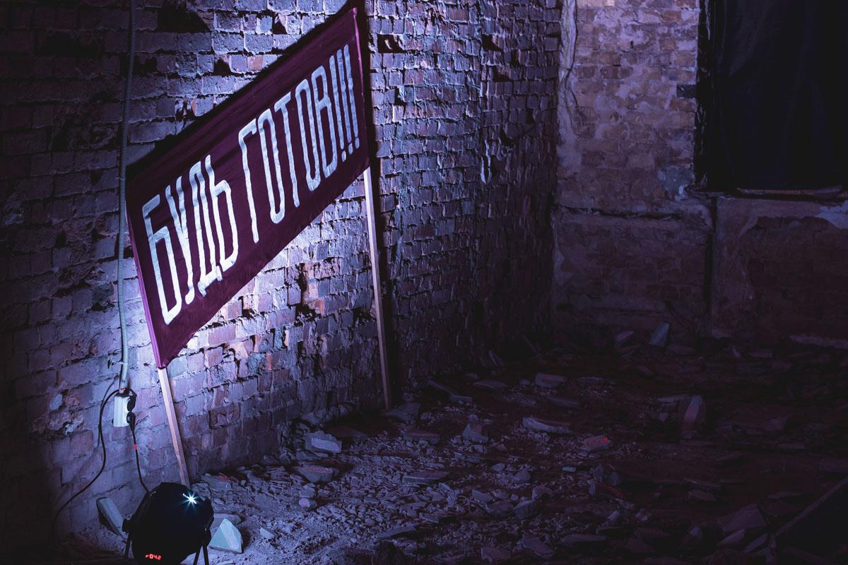 Основная часть выставки собрана внизу, где организаторы подготовили полноценное аудиовизуальное погружение в ту эпоху