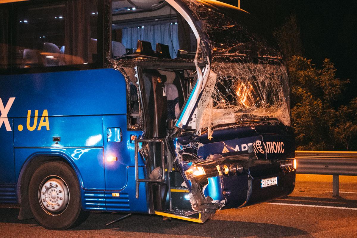 У автобуса серьезно поврежден передок. К счастью, водители не пострадали