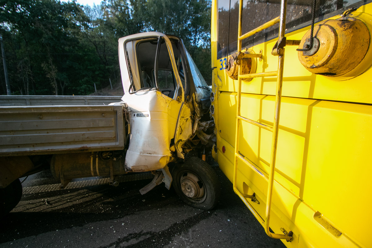 У грузовика на ходу лопнуло колесо и он влетел в троллейбус