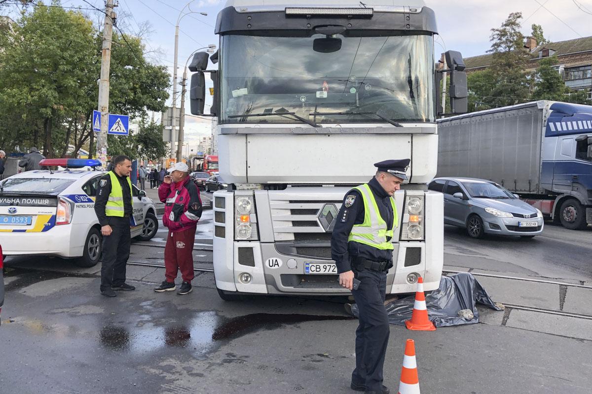 В Киеве на площади Шевченко фура переехала женщину