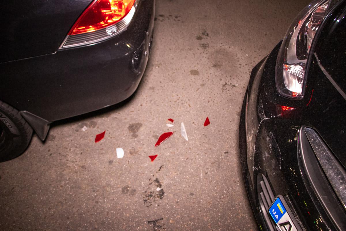 Горе-водитель врезалась в стоящий перед клубом Mitsubishi Lancer