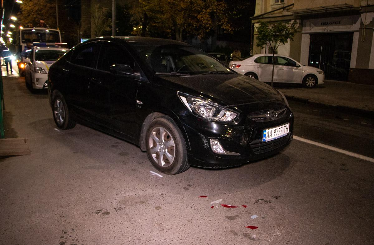 Женщина на автомобилеHyundai Accent, не сумела припарковать его без происшествийЖенщина на автомобилеHyundai Accent, не сумела припарковать его без происшествий