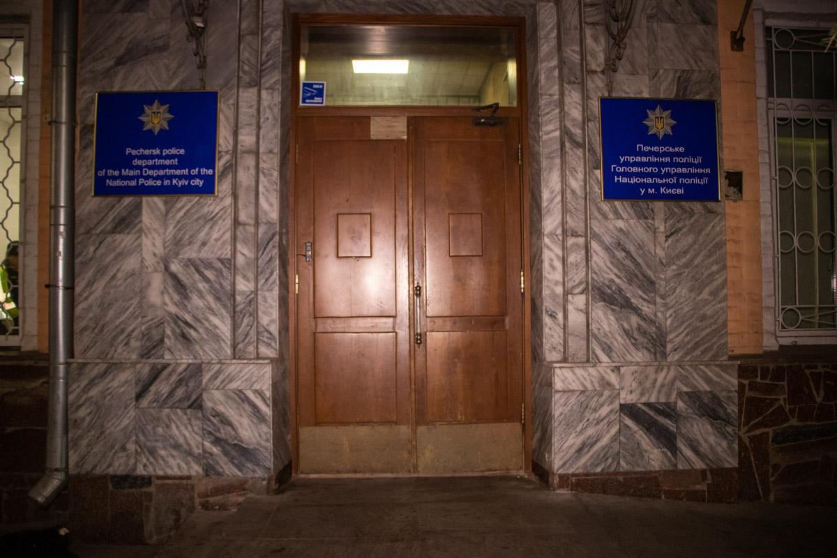 Агрессивную женщину заковали в наручники и доставили в Печерское управление полиции.