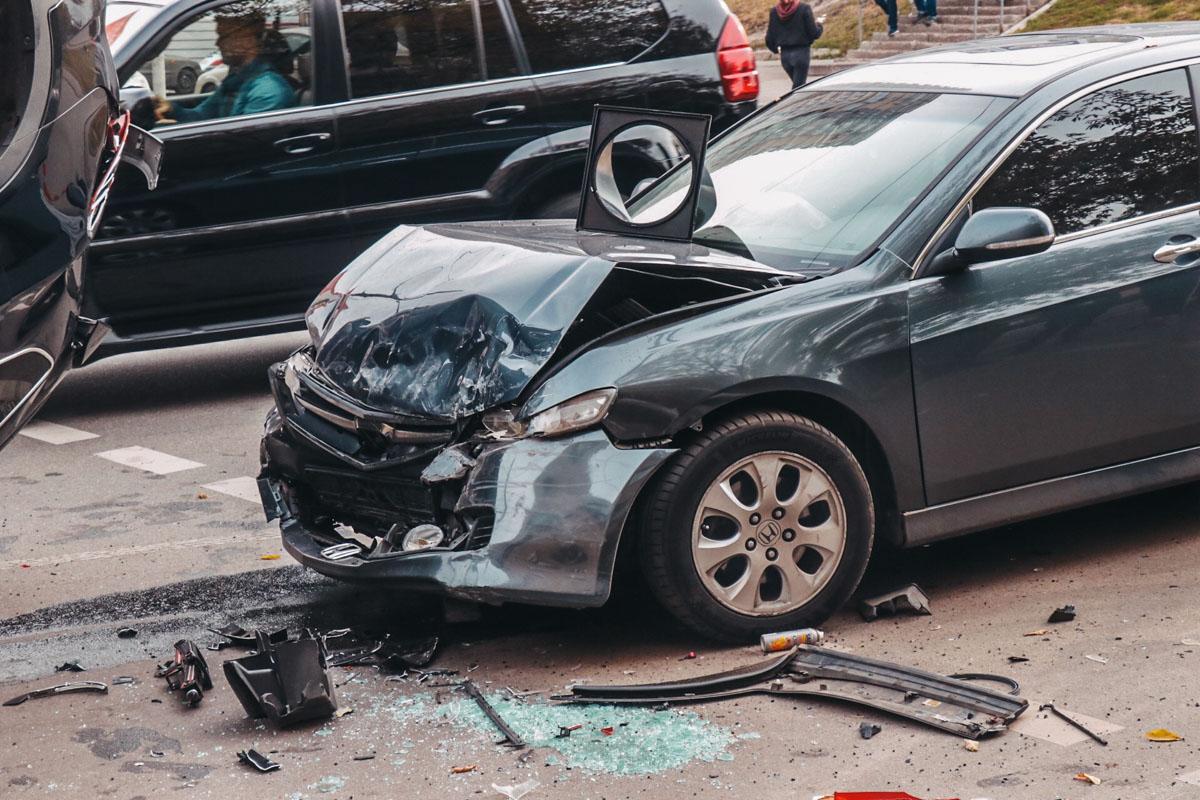 В Киеве на пересечении улиц Нежинская и Николая Голего не разъехались Honda и Hyundai