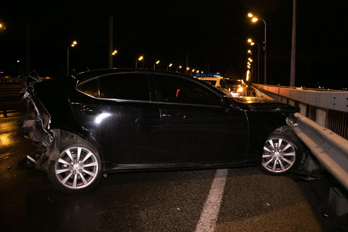 Lexus смяло и отбросило в отбойник