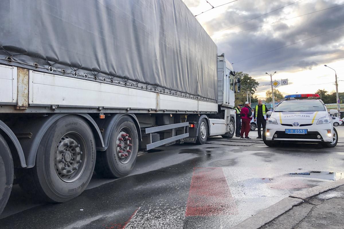 По данным очевидцев, погибшая переходила дорогу по пешеходному переходу