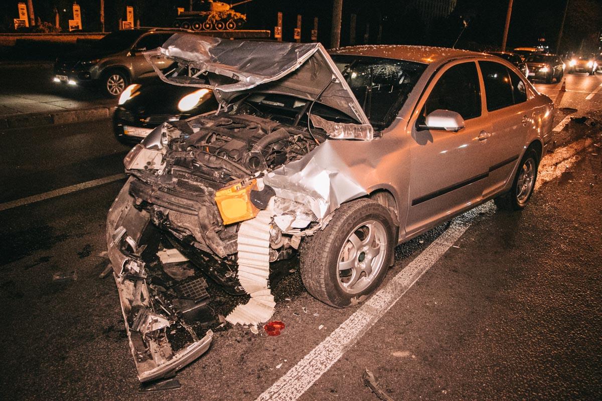 В Киеве на проспекте Победы Skoda Octavia врезалась в Mitsubishi Outlander