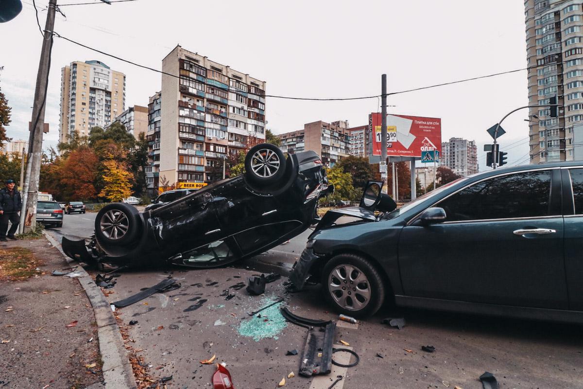В результате аварии один автомобиль перевернулся