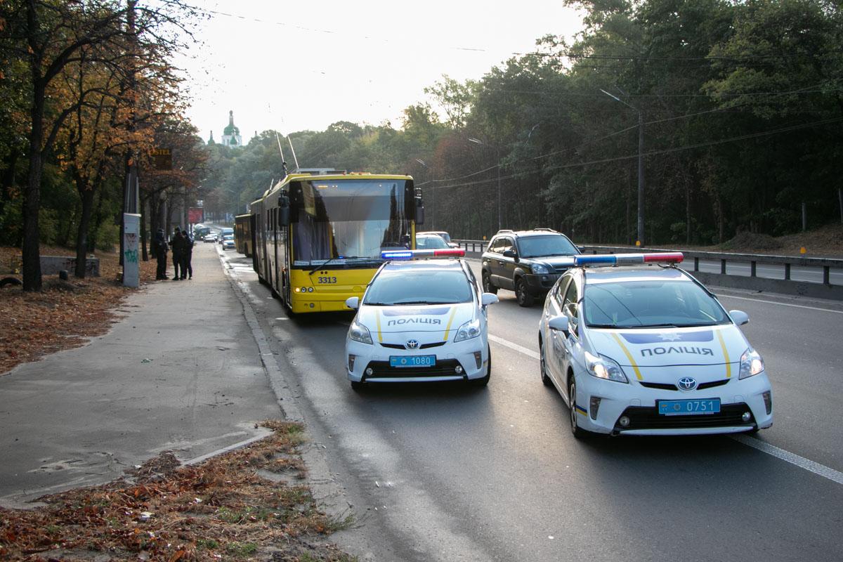 """На месте происшествия работали экипажи патрульной полиции, """"скорая"""" и следственно-оперативная группа"""