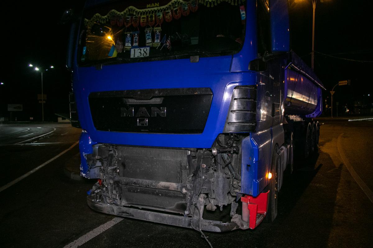 В Киеве возле станции метро «Бориспольская» произошла авария с участием грузовика MAN и автомобиля Renault Laguna