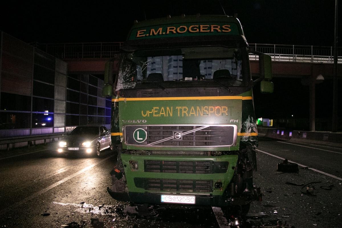 Зачинщиком масштабной аварии стал водитель грузового авто, который сообщил, что попутал педали газа и тормоза